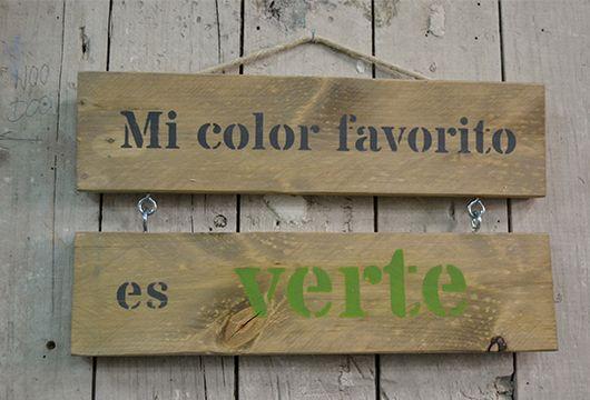"""Haz tu propio cartel decorativo en madera recuperada con tu frase favorita (4 para elegir): """"A besos entiendo"""", """"Mi color favorito es VERTE"""", """"Lo que sea, pero contigo"""", """" Yo que tu, lo intentaba conmigo"""". Kit por alumno: – 2 tablas de madera recuperada – Pincel – pintura (4 tonos a elegir) – Tarrito de …"""