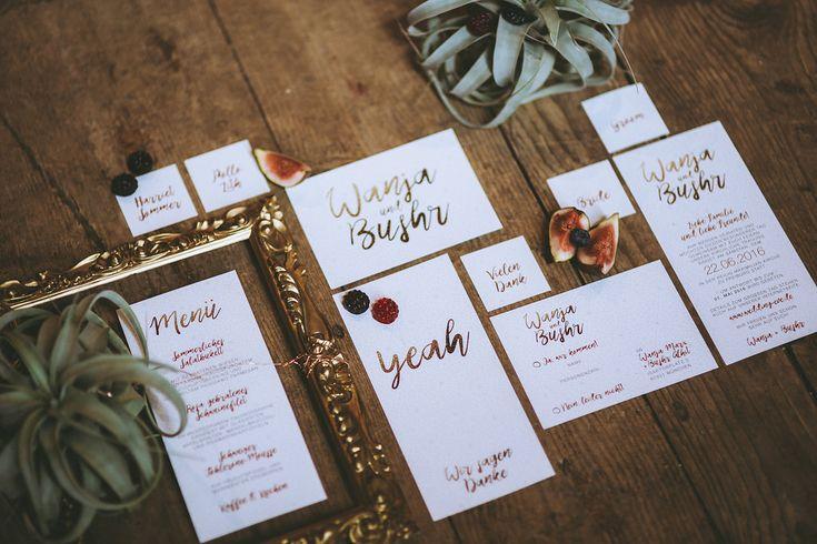 #hochzeitspapeterie #einladungskarte Hochzeitseinladung Gold Handschrift - Bohemian Marokko – Heiraten in kupfer und rot | Hochzeitsblog - The Little Wedding Corner