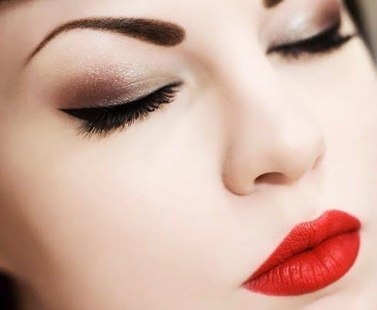 Red lip, smoky cat eye