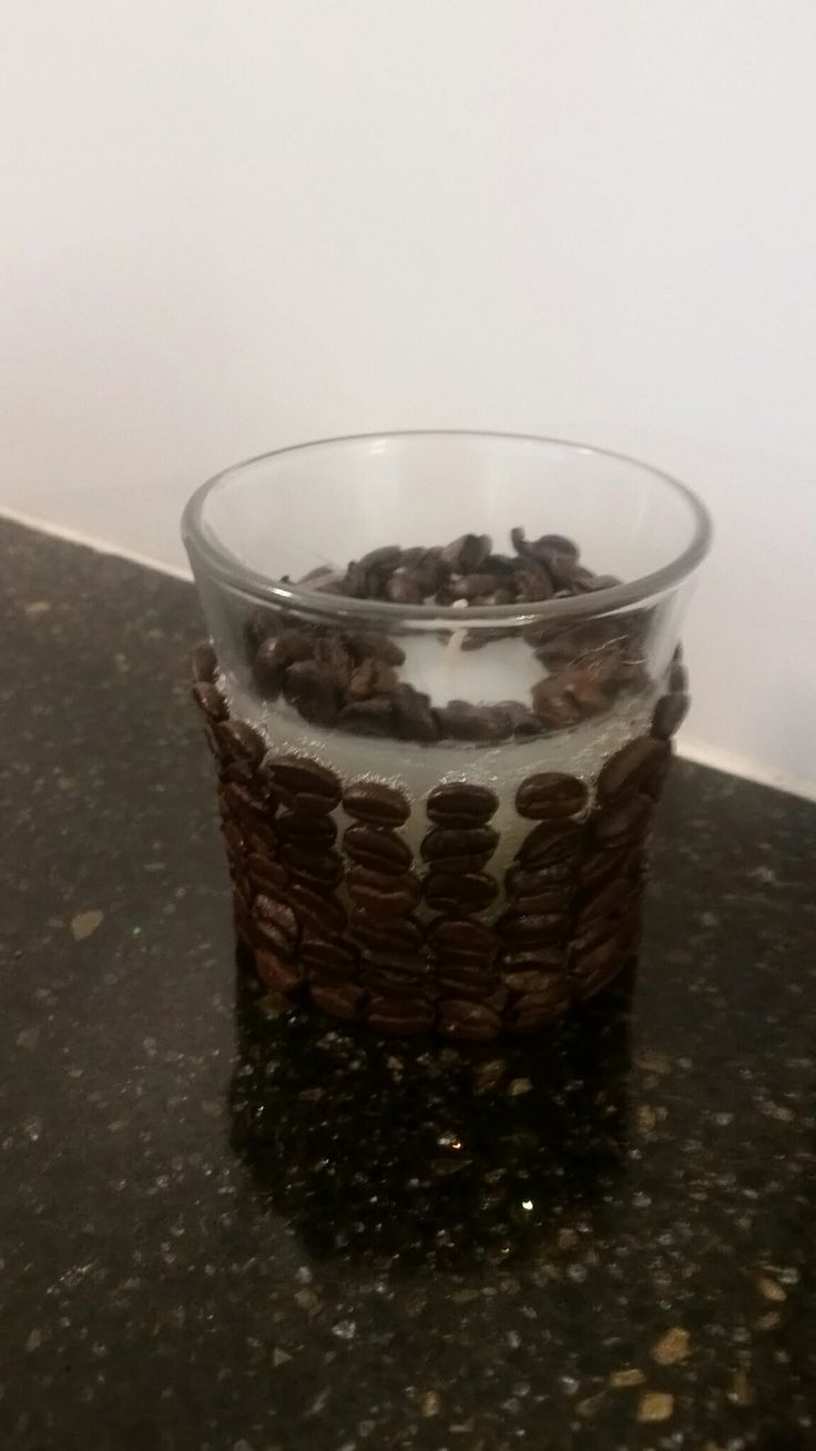 Vaso de cristal con vela forrado con granos de café. Realizado por Vilma Urbina en mayo 19, 2016.