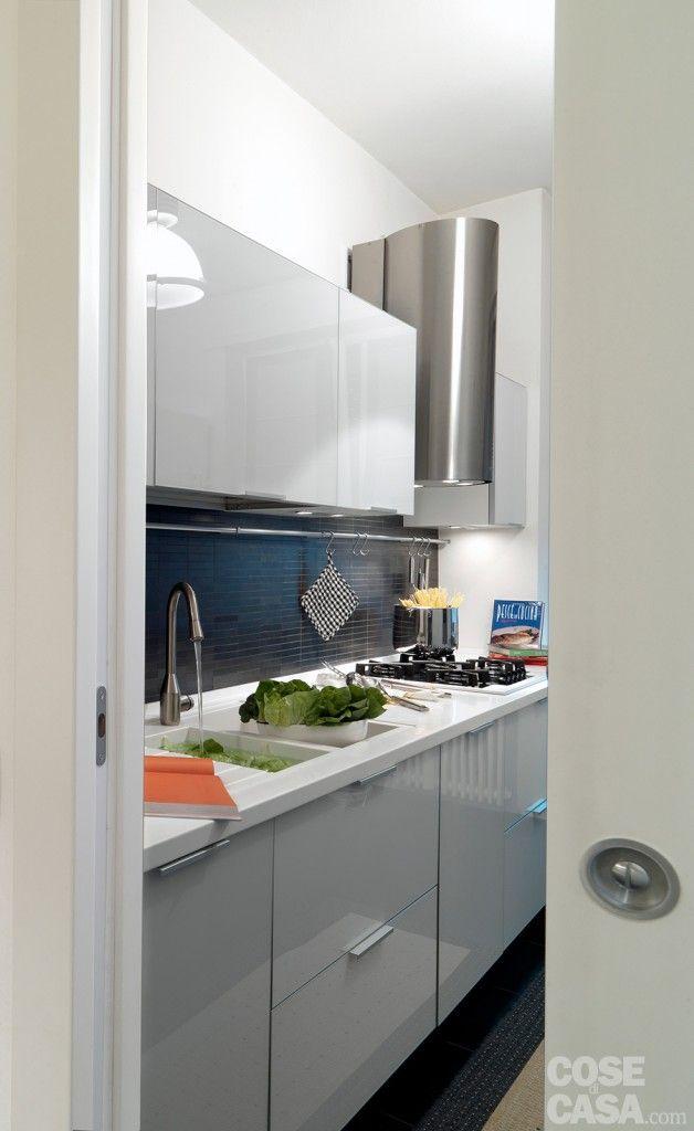 Chiusa da una porta scorrevole interno muro, la cucina è un ambiente di forma lunga e stretta. #casa #cosedicasa #arredamento #design #home #house #arredamentocasa #kitchen #cucina #cesar #electrolux