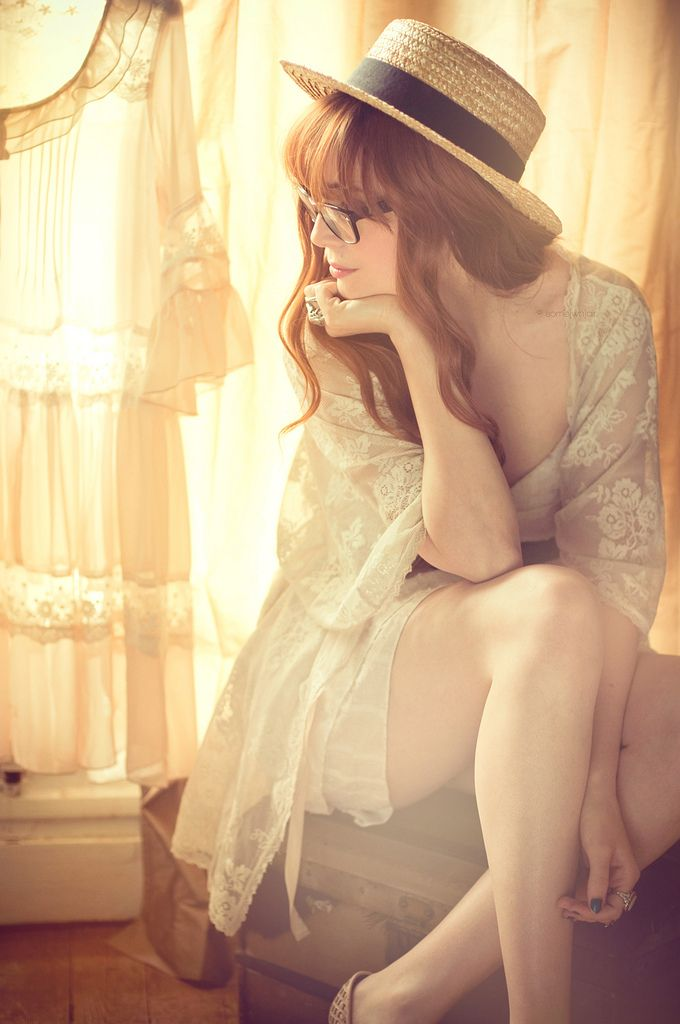 sheer layers and lace and light. Fashion, Glasses, Red Hair, Straws Hats, Blue Room, Beautiful, Soft Lights, White Lace, Vintage Hats