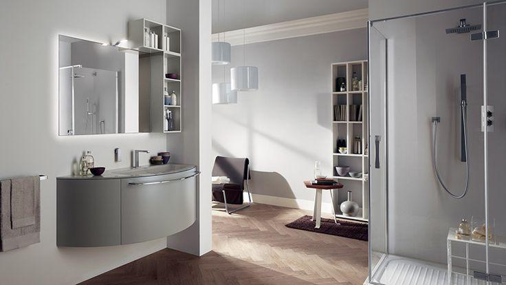 AQUO  Altra soluzione per il versatile progetto, disponibile anche con base per il lavabo laccata opaca Grigio Titanio, vani a giorno laccati opachi Lino e piano in vetro lucido con lavabo integrato Inner.