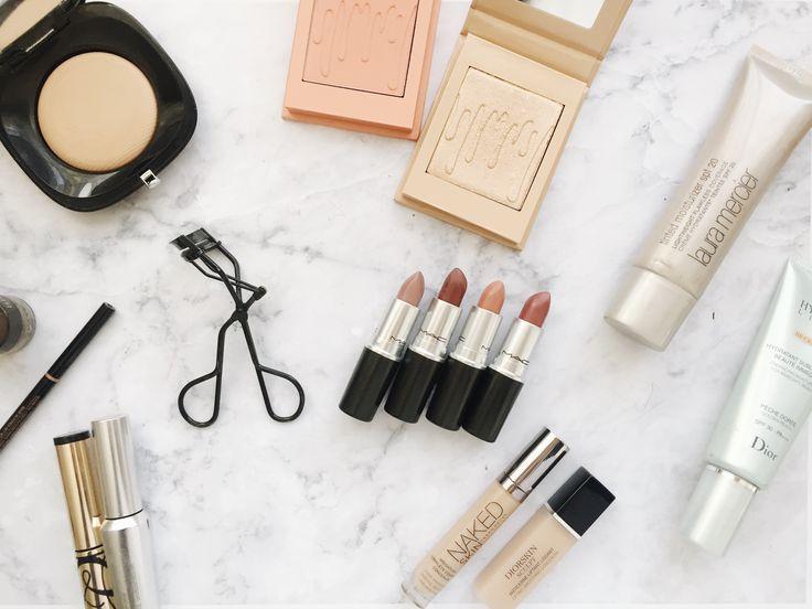 Hoy en día la industria del maquillaje se expande a cada segundo, todo el tiempo se están lanzando nuevos productos que generan tendencias increíbles. Y en todo este relajo es necesario que encontremos productos que nos ayuden a tener un makeup look básico. ¿Qué es un makeup look básico? Es el que vamos a usar todos los días, el que sin importar la ocasión no nos va a fallar y para esto necesitamos armar nuestro propio kit con productos básicos. Acá le dejo que tengo en mi kit básico de m...