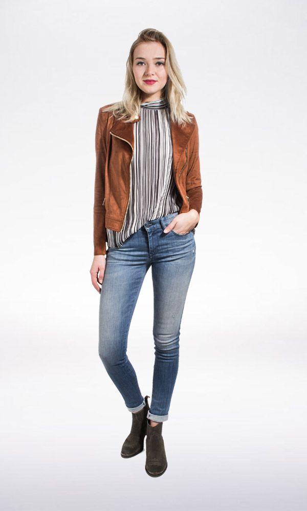 Kies voor een stoere vrouwelijk look met een jeans met hoge taille, aansluitende top en een paar goede laarsjes. Maak af met een all time essential, het leren biker jasje.