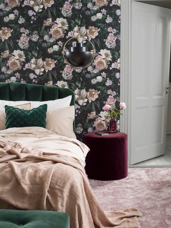 Aranzacja Sypialni Z Kwiatowa Tapeta W Butelkowe Zieleni I Rozowymi Kwiatami Borastapeter Wallpaper Bedroom Home Decor