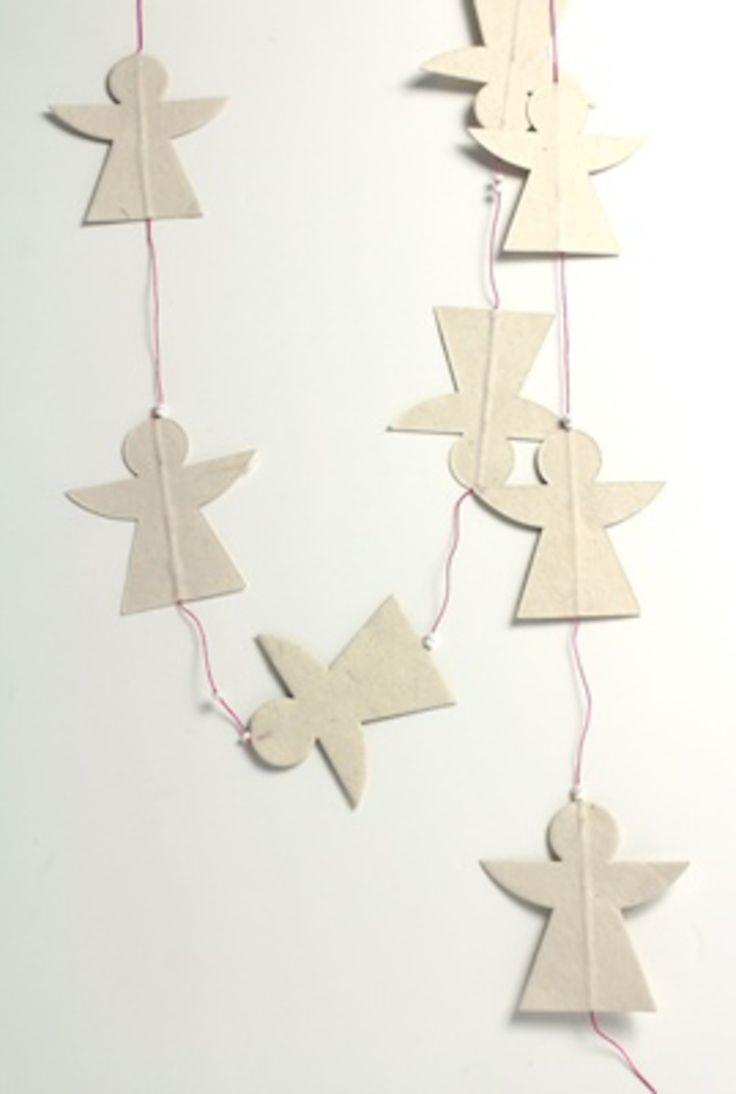 Witte engelen van Lokta papier met een rose draad, superhip!  Deze kerstslinger is gemaakt in Nepal met een eigen Jansje ontwerp.Leuk voor in de kerstboom, in het raamkozijn of aan de deur! Straid laat deze producten in Nepal maken voor een eerlijk loon. Door het creëren van werkgelegenheid wordt direct de levensstandaard en daarmee de levensvreugde vergroot van de mensen die de producten maken.  Gemaakt van Lokta papier en ongeveer 1.60 cm lang.  Afmeting engel: 8x8 cm.