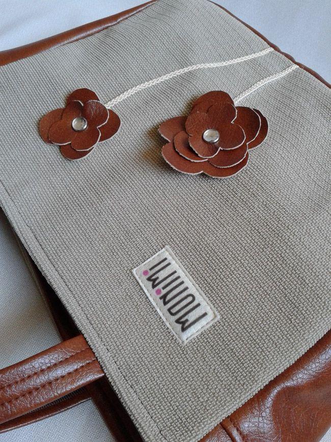 Meleg barna, mahagóni árnyalatú textilbőrből és drapp, erős vászonból készült ez a táska. A bőr virágokat #strassz fogja. Szolid, elegáns darab! Ajándéknak nagyon jó választás. City-bag női #táska.