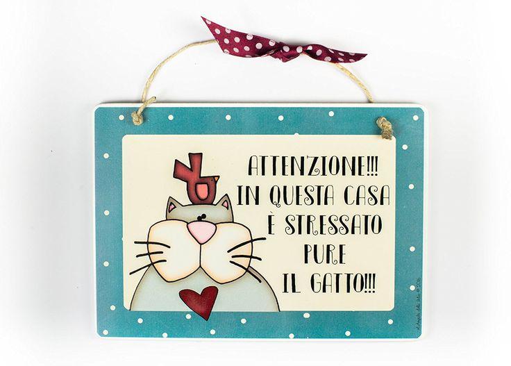 """targhetta """"attenzione!! in questa casa è stressato pure il gatto""""idea regalo, artigianato italiano, made in Italy: Amazon.it: Casa e cucina"""