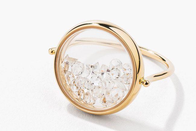 Une autre manière de porter les diamants sur une magnifique bague : Bague 'Chivor' en or jaune 18 carats et diamants - Aurélie Bidermann