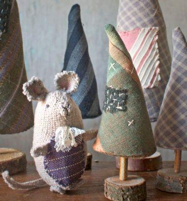 Rustic fabric pine trees in wood slices ( free pattern ) // Rusztikus textil karácsonyfák farönk szelet talppal ( szabásmintával ) // Mindy - craft tutorial collection // #wintercrafts #winterdecors #wintercrafttutorials #diy #DIY #wintercraftideas #diywinterdecors