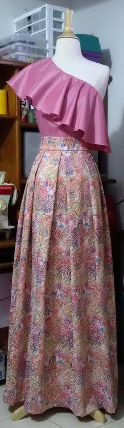 Conjunto de blusa de un solo hombro con bolero en tafeta y falda en yacart.