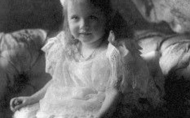La breve vita di Anastasia Romanova in una carrellata di immagini (con Video) Una carrellata di immagini, tutte foto d'epoca in bianco e nero, sull'infanzia e l'adolescenza della bella e sfortunata Anastasia Romanova, la minore delle figlie femmine dello zar Nicola II e di sua #anastasiaromanova #romanov #zar