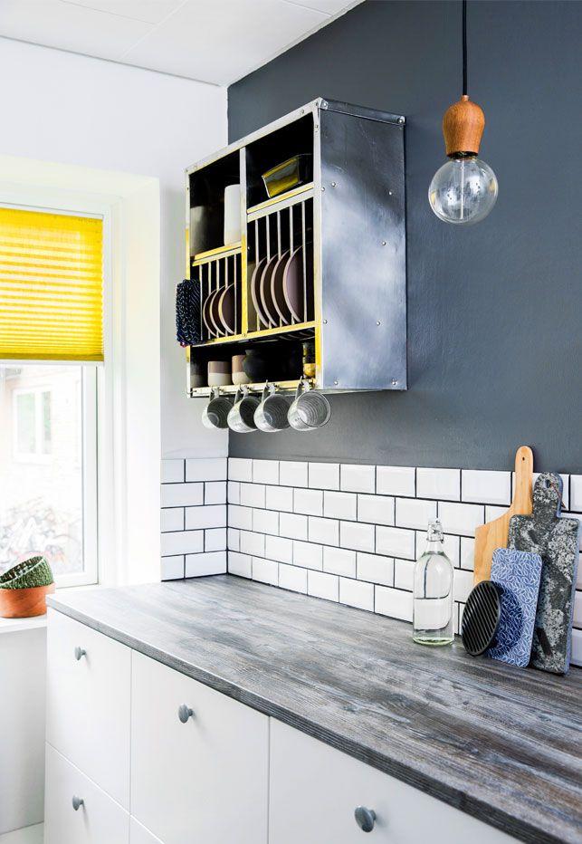 Cool metrofliser fra Evers A/S og en flot mørkegrå væg med et metalskab i stedet for overskabe giver køkkenet sin egen stil. Boligreportage fra BoligLiv