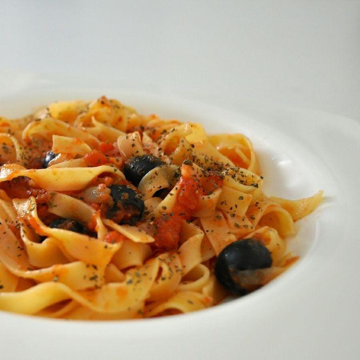 Pasta con albahaca, tomate, aceitunas y mozzarella!! #yummy #recipe