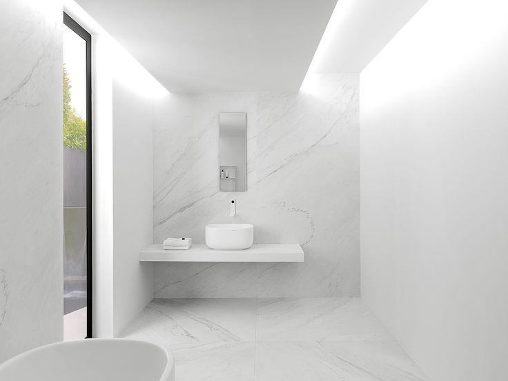 XLIGHT Premium Lush White - #URBATEK #Noken #PORCELANOSA - Gres porcelánico de fino espesor #precious #stones #marble #porcelain #tile #porcelaintiles #floors #ceramics #design #architecture #minimalism #lines #white #home #decor #bathroom #light