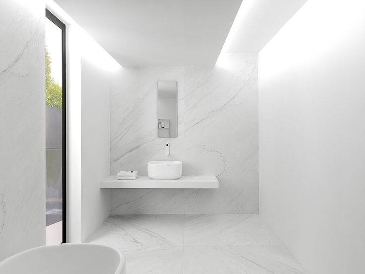 XLIGHT Premium Lush White - #URBATEK #Noken #PORCELANOSA - Gres porcelánico de fino espesor #precious #stones #marble #porcelain #tile #porcelaintiles #floors #ceramics #design #architecture #minimalism #lines #white #home #decor #bathroom #light