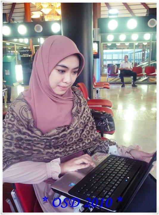 Dusty pink dress, plain square hijab and pashmina on chest. cool~ masya allah.. :)