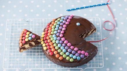 Wie wird ein Zebrakuchen zum Regenbogenfisch? Wir erklären es Schritt für Schritt. Und am Ende steht ein Zebrakuchen-Regenbogenfisch auf der Kaffeetafel.