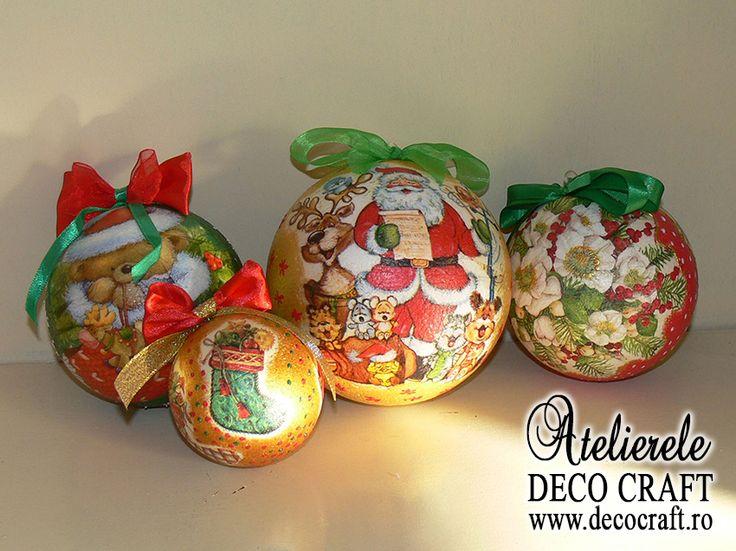 """Tehnica servetelului, culori acrilice si pasta de zapada. Globulete si coronite din polistiren decorate la Atelierul Deco Craft®, cusul: """"Decoratiuni de Craciun"""" coordonat de Maria Paun. Servetele de Iarna si de Craciun si Anul nou: http://www.decocraft.ro/en/servetele-de-iarna http://www.decocraft.ro/en/servetele-craciun-anul-nou"""