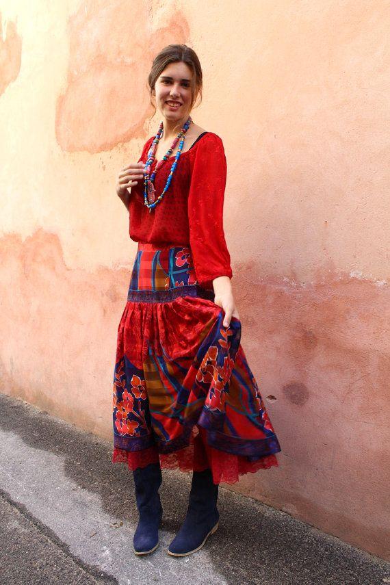 Jupe gitane en tissu de sari rouge et bleu. Un par MesOdalisques