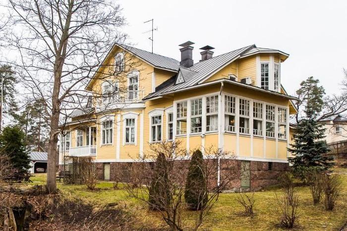 Upea, historiallinen Villa Carlsro on ainutlaatuinen kokonaisuus! 1800-luvun loppupuolella Terijoelta Suomeen tuotu hirsihuvila.
