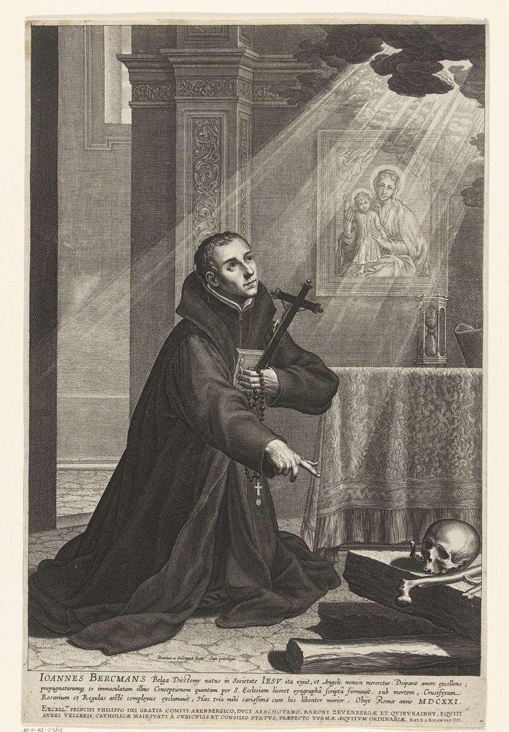 Boëtius Adamsz. Bolswert | Portret van jezuïet Johannes (Jan) Berchmans, Boëtius Adamsz. Bolswert, 1621 - 1633 | De jezuïet Johannes Berchmans knielt bij een open graf met doodshoofd en beenderen in een interieur. In zijn hand houdt hij een crucifix, rozenkrans en gebedenboek en hij kijkt devoot naar boven waar lichtstralen door een wolk breken. Tegen de wand hangt een schilderij met Maria en Kind, op een tafel staat een zandloper.