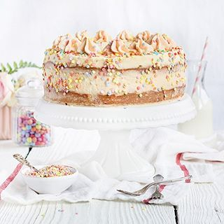 """Es es wieder Zeit für """"Ein ❤️ für Klassiker"""" von @birdslikecake und mir! Das Thema liegt nahe: Fasching!  Und dazu gibt es von uns Funfetti Cake. Bei Sara in Form von süßen Madeleines, bei mir als Torte. Ihr habt auch Faschings-Klassiker aus englischsprachigen Ländern am Start? Dann zeigt sie uns! Wie erfahrt ihr auf unseren Blogs.  - - - - -  Time for """"Ein Herz für Klassiker"""", a blogger project from @birdslikecake and me. Our topic this time: carneval. We've made two versions of funf"""