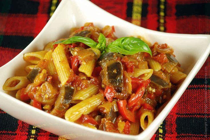 Паста с баклажанами и помидорами — очень вкусное блюдо, и наверняка придется по вкусу многим. Кроме того, блюдо сытное и готовится несложно