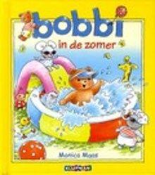 Bobbi in de zomer. Bobbi geniet van de zomer. Hij gaat onder de sproeier, plukt aardbeien en gaat een dagje naar zee. Prentenboek met zachtgekleurde, omkaderde illustraties en tekst op rijm. Vanaf ca. 2 jaar.