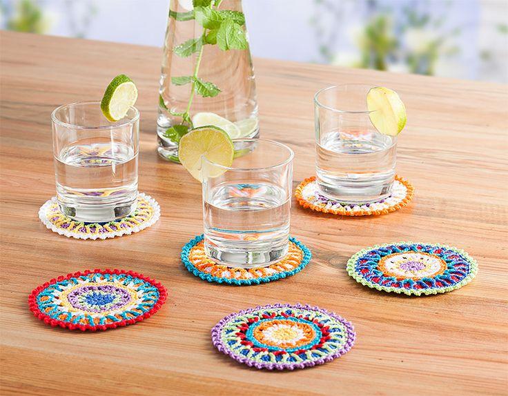 Kostenlose Anleitung: Bunte Glasuntersetzer für den Sommer häkeln | buttinette Blog