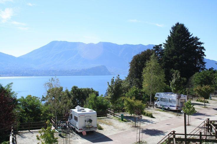 ruhig und hervorragend ausgestattete Ort-schöne Aussicht auf Lago Maggiore-jeder Ort hat seine eigene Rasen, Sani, Wasser und Strom-steile schmale Straße mit Brot close Up-shop