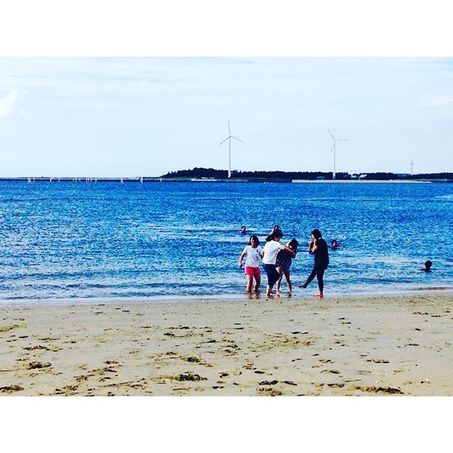 【i.k.0517】さんのInstagramをピンしています。 《今年初のBBQ💕 今年初の海🏖  #大学の友達  #できたんです笑 #調理実習の班 #BBQ #海》