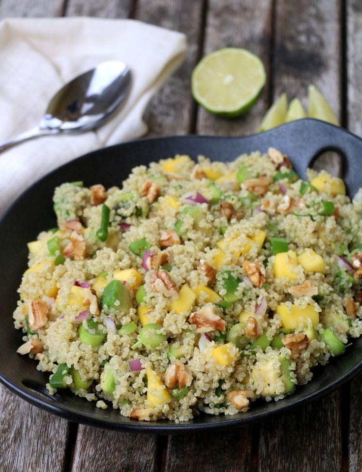 Riktig god mandag! Som eg lovde når eg delte mi første oppskrift med quinoa, så skulle det komme fleire oppskrifter. Idag har eg en ny vri på quinoasalaten – med mango & avokado: Quinoasalaten passer like godt som en egen, kjøttfri lunsj/ middagsrett, eller som tilbehør til kjøtt, fisk, kylling og grillmat. Svært anvendelig, med …