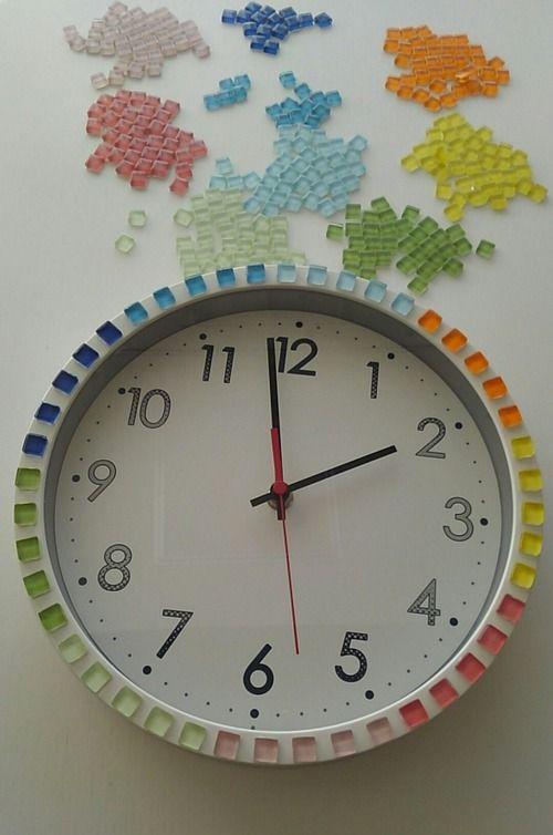 100均ショップ「ダイソー」で販売されている丸い掛け時計にCDをはめ込むだけで、超カンタンにオリジナルの時計が完成♡ SNSでは様々なオリジナル時計が披露されていて、見ているだけで楽しくなっちゃう!
