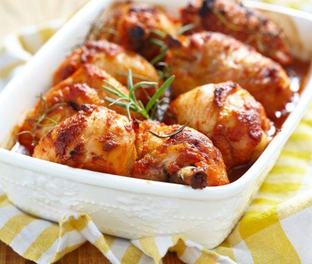 Μια συνταγή για λαχταριστά, πικάντικα μπουτάκια κοτόπουλου. Σιγοβρασμένα, για να έχετε ζουμερά και πολύ μαλακά μπουτάκια με μια υπέροχη σάλτσα που σίγουρα