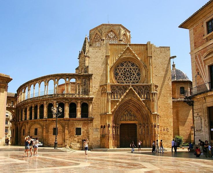 Departure with high speed train to Valencia. Hop on and off all day to know the most typical quarters and the most important places of this Mediterranean city: The City of the Arts and Sciences, the Aquarium Oceanographic, the pier, bull ring, Bioparc with Tourboks!
