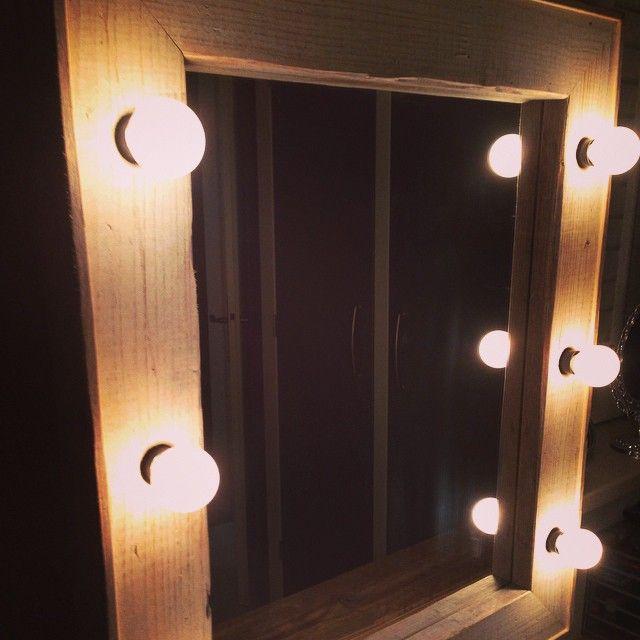 Theater spiegel gemaakt door Jan van gebruikt steigerhout.