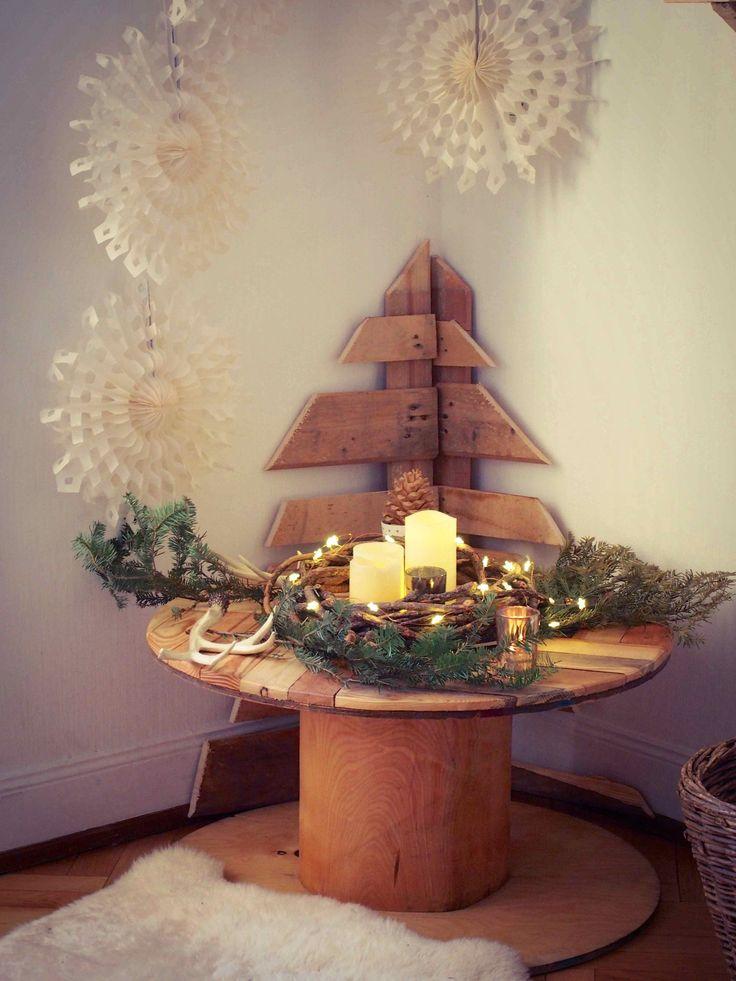 Table ronde réalisée par palette woody pour décor de Noël rustique chic mêlant matériaux brutes et touches de doré. #deco #rustique #bois #palette #rustiquechic #noel #fetes #decoration #kraft #vaisselle #palettewoody www.rosecaramelle.fr