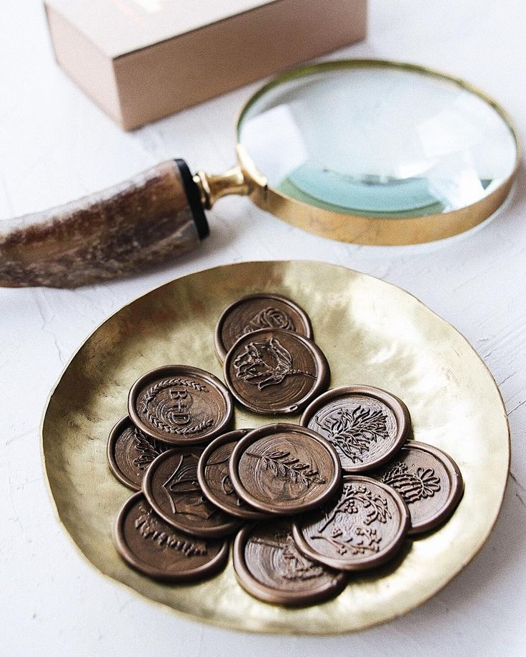 After a long love history with wax seals, we're beyond grateful to craft these beauties ourselves and bring a unique design on the market in Romania. © PAPIRA invitatii de nunta personalizate