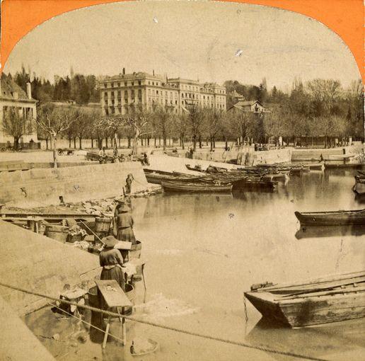 Lavandières à Ouchy, Lausanne. Photo prise entre 1864 et 1870. En arrière plan, on admire le palace du Beau-Rivage..