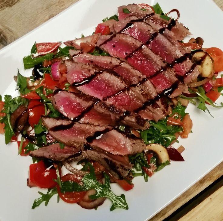Salade van biefstukreepjes met warme champignons en groentes in een zoete balsamicodressing.