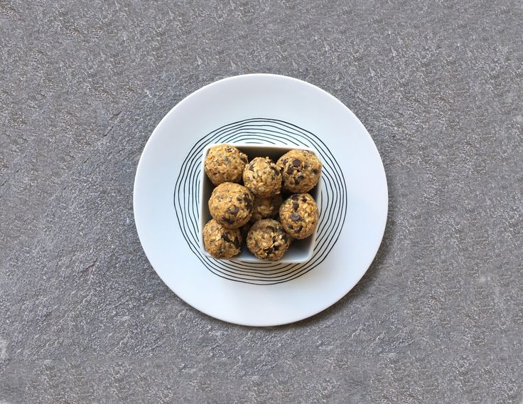 Deux recettes d'energy balls aux flocons d'avoine et aux dattes. Excellent encas sain et idéales en tant que collation pour sportifs.