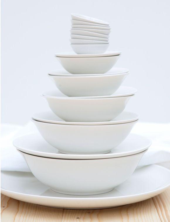 Die Qual der Wahl...die schönen Schalen bieten wir Ihnen vom kleinen Dip Schälchen bis hin zur Salatschüssel an. Die schlichten Schalen gibt es in sechs verschiedenen Größen. Das Geschirr ist elfenbein/weiß und Spülmaschinen und Mikrowellen geeignet. Weitere schöne Produkte von VTWONEN zum Thema Geschirr finden Sie hier. Stöbern Sie in unserer Kategorie Küche und lassen Sie sich inspirieren.