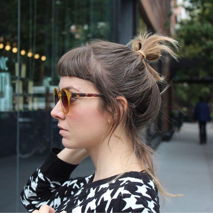 Hoje eu acordei com super apertinho no peito. Meu próximo mês é punk: rapha viaja hoje e por bastante tempo, eu tenho muito trabalho (grazadeus ), tô preocupada com a minha irmã (que é um pouco minha filha e que nunca me sai da cabeça) e ainda preciso lembrar que já já Miguel tá de férias da escola. Pra ilustrar todas as minhas angústias, essa foto que eu amo: em NY, quando ficamos um mês lá -- olha meu cabelo na cor natural! Quero essa cor de volta .  .  #babybangs #franjinha #ny #hair #.
