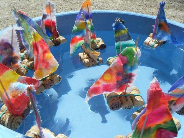 Leuk voor de watertafel, drijven en zinken met zelfgemaakte bootjes van kurk!
