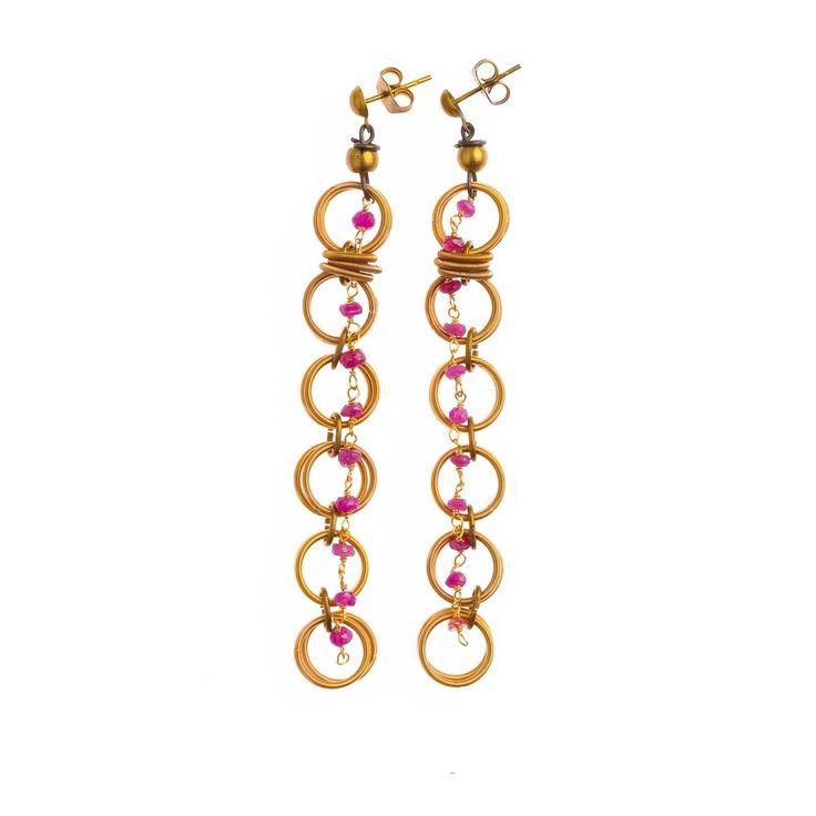 MARU Orecchini in acciaio con bagno in oro con filo pietre (rubino) con elementi in ottone.