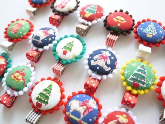 MaryChristmas☆ミニミニポンポンと大きなくるみボタンのカラフルへアクリップ - ヘアピン・ヘアゴム・ヘアバンドならヘアアクセリー通販のネネズデコ キッズ(子ども)ベビー(赤ちゃん)新生児から使えるヘアアクセサリーもご用意。ご出産のお祝いやお誕生日、初節句にお名前入りヘアバンドも人気です。