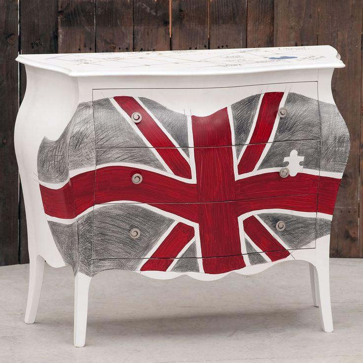 Cassettiera a tre cassettiin legnostile country con bandiera del Regno Unito e pianta della metropolitana di Londra sul top. Finita a mano e prodotta in Italia da Castagnetti 1928.