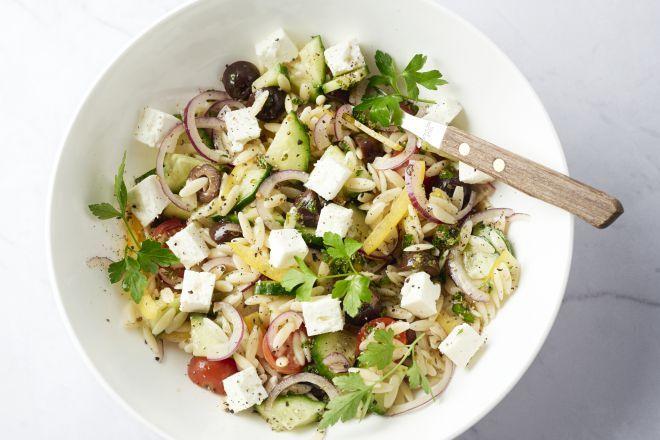 Een heerlijke variatie op de klassieke Griekse salade, met orzo pasta bij. Dankzij de pasta is dit een lekker vullende maaltijdsalade.